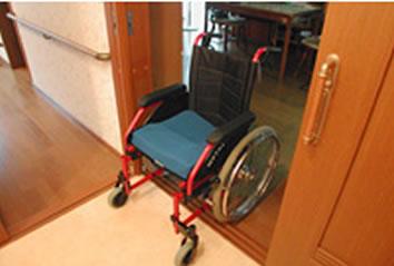 車いすが通れる扉にする場合、開口部は75cm以上必要