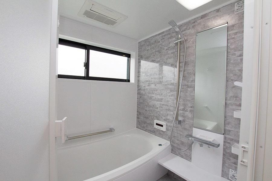 開放的なリビングのお家 お風呂