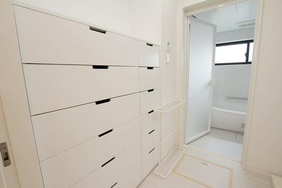 開放的なリビングのお家 お風呂収納