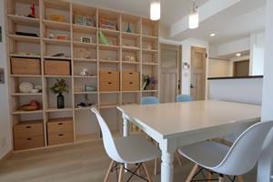 趣味を飾る家 LDKには壁面に天井まである飾り棚を設置