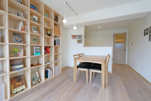 本と暮らす家 天井まである本棚は壁面収納タイプ